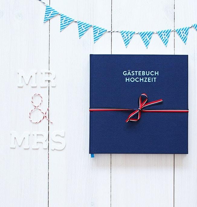 Hochzeitsgästebuch Frida Nachtblau auf weißer Holztischplatte mit Schriftzug »MR & MRs«