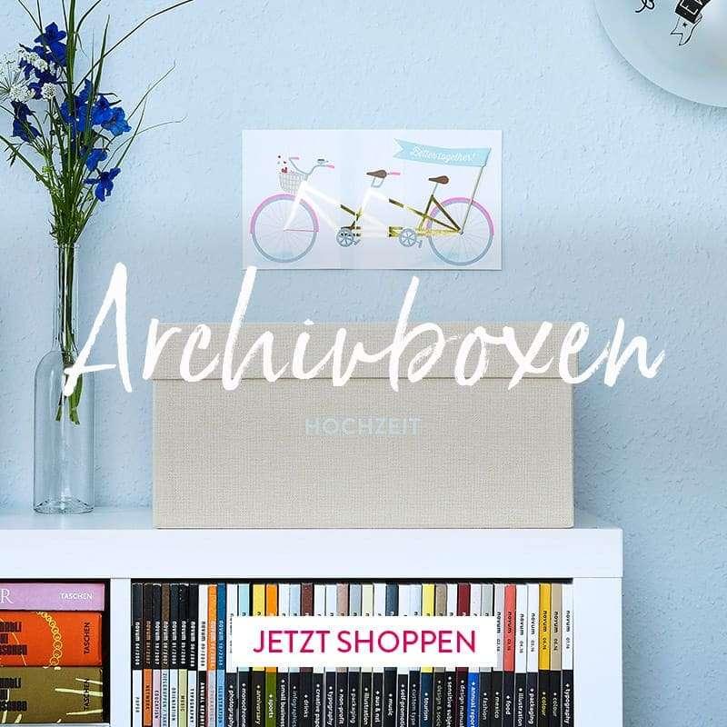 Hochzeitsarchivbox Clara Cremebeige auf einem Expedit-Regal mit Comics und Büchern.