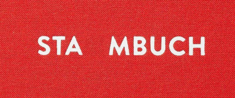 Schrifttzug »Stammbuch« auf rotem Leinen, ein »m« fehlt.