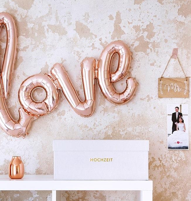 Erinnerungsbox Hochzeit vor einem Love-Ballon