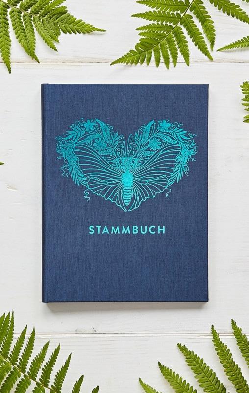 Stammbuch Greta Oxfordblau auf einem weißen Hintergrund mit illustrierten Farnen