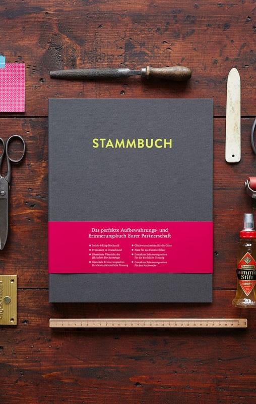 Stammbuch A4 Caspar auf einem Tisch mit Werkzeugen (Falzbein, Ahle, Schere)